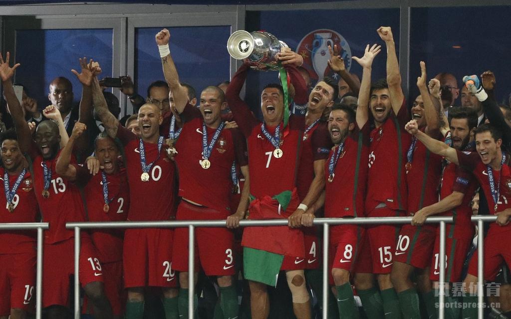 【欧洲杯决赛】葡萄牙队夺得欧洲杯冠军 C罗激动脱衣半裸庆祝