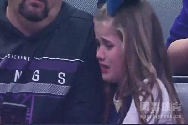 国王vs鹈鹕比赛取消 现场小女孩没球看伤心得哭了
