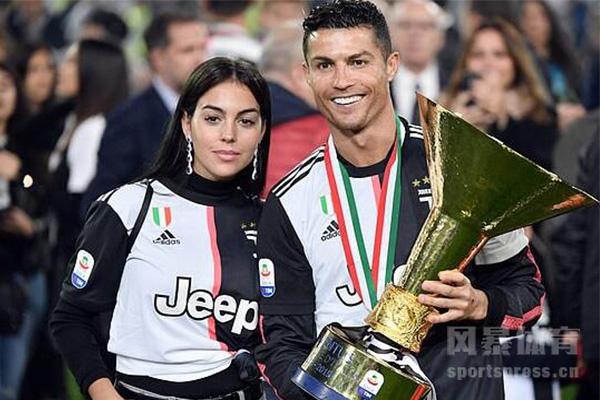 尤文图斯夺得18/19赛季意甲冠军,C罗与妻子分享