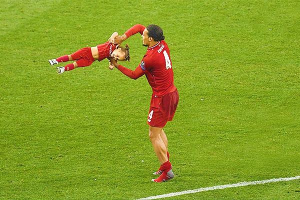 梅西领衔的球星与孩子的球场时刻!能看得出来都是亲爹!