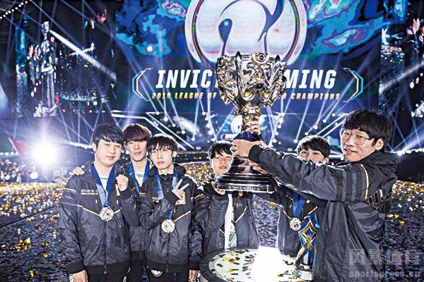 IG战队捧起S8世界赛冠军