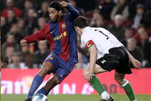 小罗的过人同样精彩,他就是足球场上的精灵,将桑巴军团的舞姿发挥的淋漓尽致。