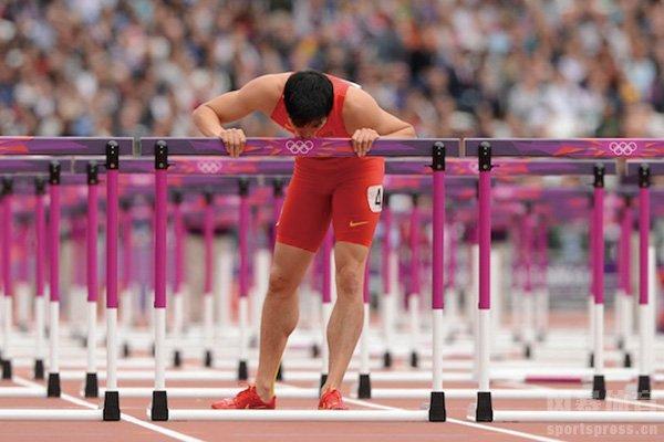 刘翔退赛后亲吻栏架