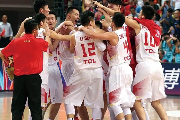 中国男篮庆祝胜利