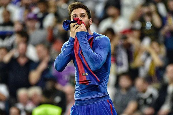 梅西脱衣庆祝非常少,梅西绝杀皇马后在伯纳乌脱衣庆祝,让皇马球迷知道谁是这里的主人