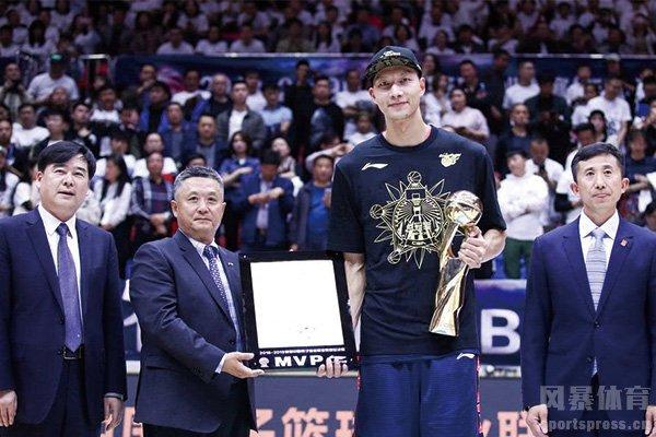 易建联赢得总决赛MVP