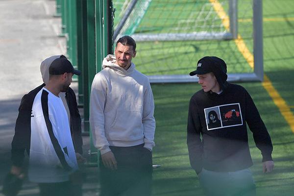 伊布在训练完与队友边走边谈,目前伊布效力于AC米兰
