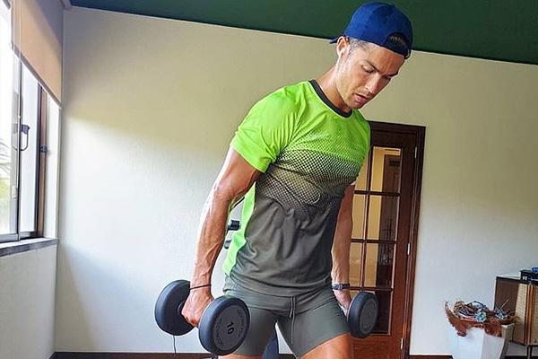 C罗的身体几乎达到完美,肌肉也早已成型,这都是C罗不断付出的回报