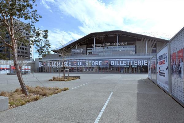 如同奥林匹克公园球场一样,欧洲其他俱乐部的很多主场都是凄凉一片,似乎足球也在悲鸣
