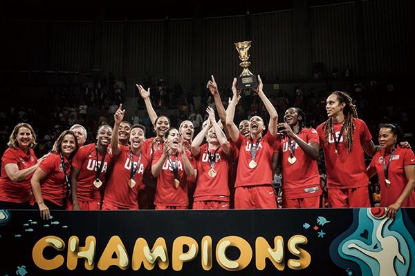 美国女篮庆祝夺冠