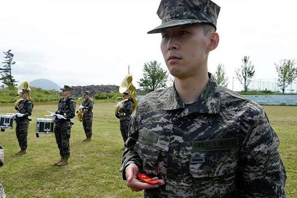 孙兴慜目前结束军训,在158名士兵中,孙兴慜各项成绩排名全部第一