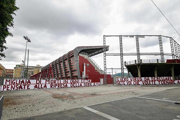 在很多球场粉丝都贴着抗议重新启动联赛的横幅,不得不说疫情仍然在意大利蔓延的很严重