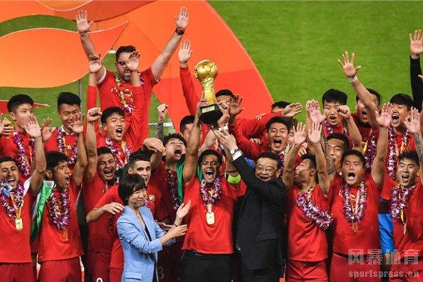 广州恒大庆祝获得冠军,与中超冠军杯合照留念