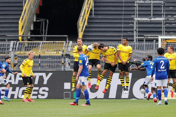 德甲联赛第26轮,也是德甲重新开赛首回合多特蒙德4比0大胜沙尔克04