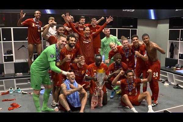 利物浦获得冠军后的庆祝!利物浦更衣室的疯狂!