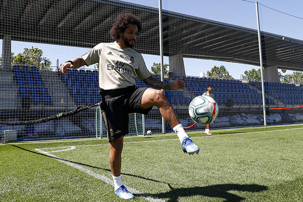 马塞洛对球的控制还是那么稳,虽然已经30多岁,但实力仍在