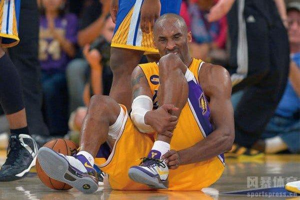 科比跟腱断裂视频 忍痛完成罚球后科比退场