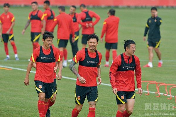 国足热身赛险胜上海双雄 李铁执教国足效果如何?