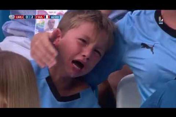 法国队击败乌拉圭!乌拉圭小粉丝泣不成声!