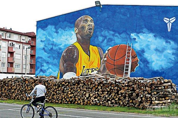 欧洲最大科比壁画纪念科比 全长超11.8米巨幅壁画