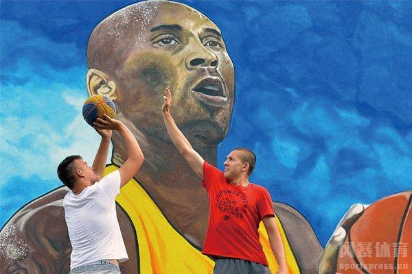 球迷在科比壁画前打球