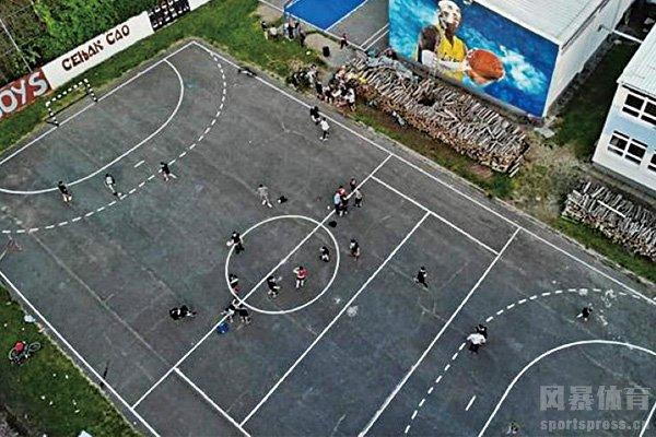 科比壁画旁的球场