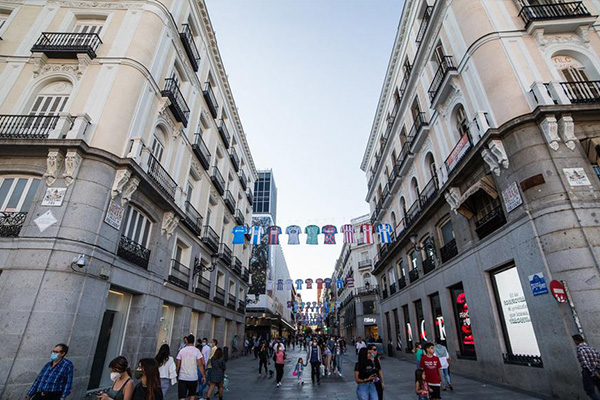 马德里城市挂着西甲球队球衣 这里的人们对足球有着特别的信仰