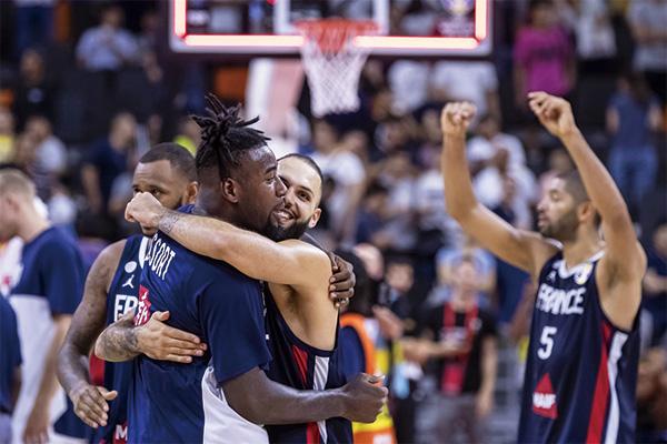 法国男篮球员庆祝胜利