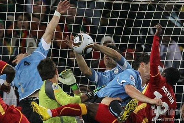 苏亚雷斯手球救了乌拉圭