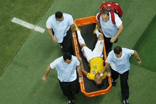 内马尔在世界杯虽然受了很严重的伤,但这也是内马尔成名的战斗