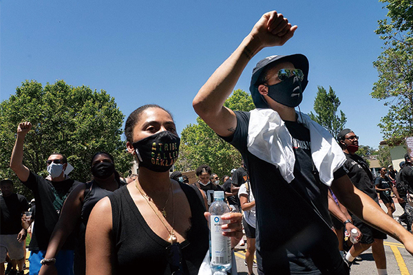 库里夫妇参加游行!库里以实际行动声援抗议群体
