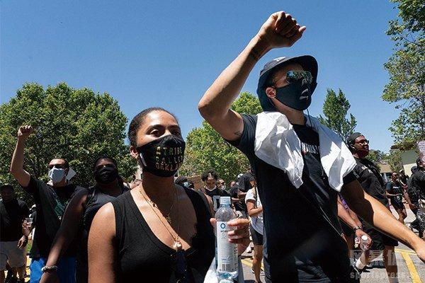 库里夫妇参加示威游行