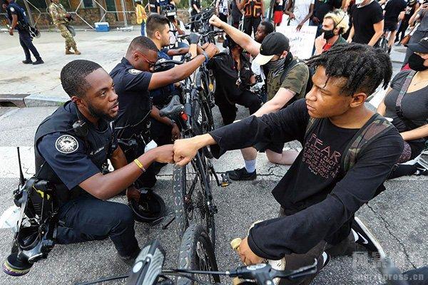 美国爆发多处游行示威活动