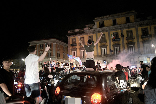 那不勒斯拿下意大利杯冠军 球迷疯狂街头庆祝