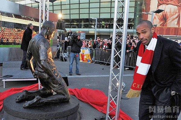 亨利与自己的铜像合影