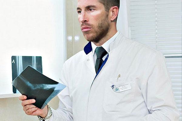 如果足坛球星们都准备从医,拉莫斯必是跌打医生