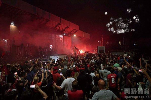 利物浦球迷庆祝夺冠