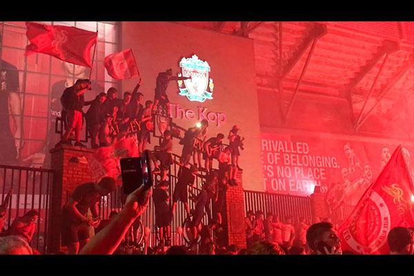 <b>利物浦夺得时隔30年的英超冠军!球迷在疯狂的庆祝!</b>