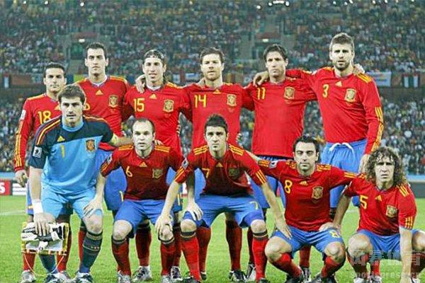 那时的西班牙阵容十分强大,由7名巴萨队员和4名皇马队员组成
