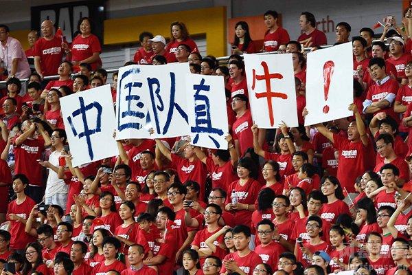 而在中国队身后有着无数的中国球迷助力,加油