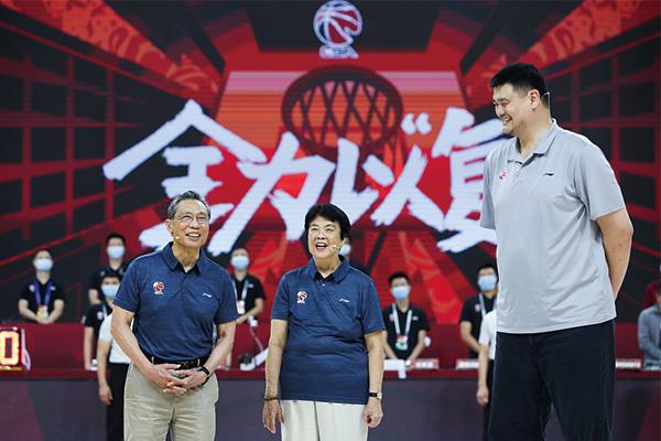 姚明为钟南山赠送球衣 感谢钟院士为CBA复赛做出的贡献!