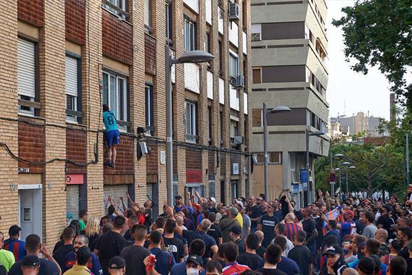 巴萨球迷庆祝西班牙人降级 加泰罗尼亚地区巴萨称雄