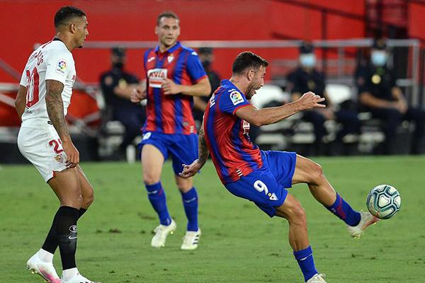 西甲联赛第34轮,塞维利亚1比0战胜埃瓦尔,目前塞维利亚稳居欧冠区