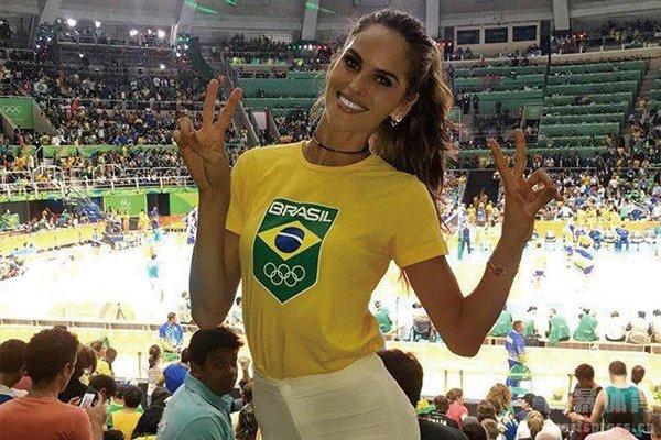 伊莎贝尔身穿巴西国家队服