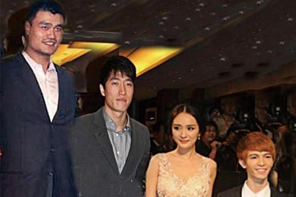 姚明和郭敬明站在一起的照片