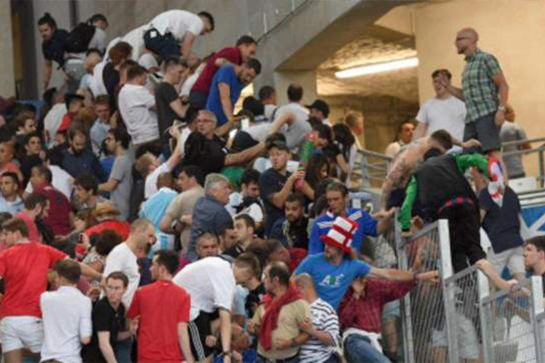 英格兰球迷为什么名声差?俄罗斯球迷打英格兰球迷是怎么回事?