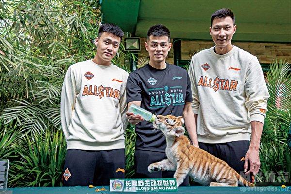 易建联、赵睿、方硕三人一组探访动物园区