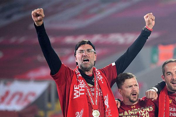 在获胜之后,利物浦在主场安菲尔德庆祝本赛季夺得英超冠军
