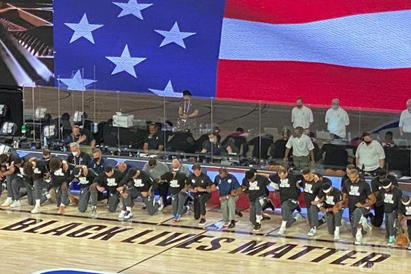 NBA球员在揭幕赛的时候也是集体下跪抗议弗洛伊德事件