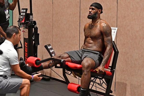 詹姆斯在健身房之中不断训练肌肉,不得不说看着就吓人